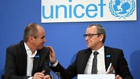 Deutschlands Unicef-Geschäftsführer Christian Schneider (l.) und Unicef-Regionaldirektor Mittlerer Osten und Afrika, Geert Cappelaere stellten den Bericht in Berlin vor.