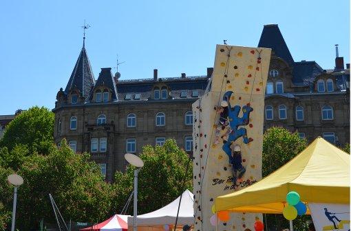 Der Kletterturm ist bei den Kindern  besonders beliebt.Im Zirkuszelt können die Kinder ihr Gleichgewicht testen. Foto: Sandra Hintermayr