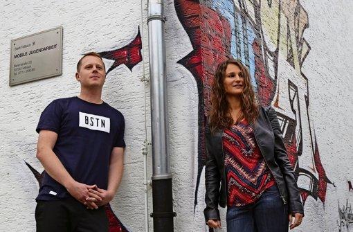 Markus Klemisch und Julia Daubenberger vor der Anlaufstellein Schmiden. Foto: Sigerist