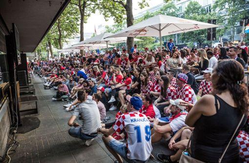 Etwa 3000 kroatische Fußballfans treffen sich hier, um gemeinsam das WM-Viertelfinale gegen Russland zu gucken. Foto: Lichtgut/Julian Rettig