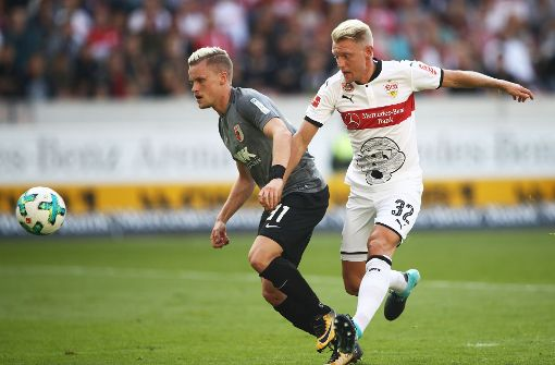 VfB-Neuzugang Andreas Beck (rechts) im Spiel gegen Philipp Max Foto: Bongarts