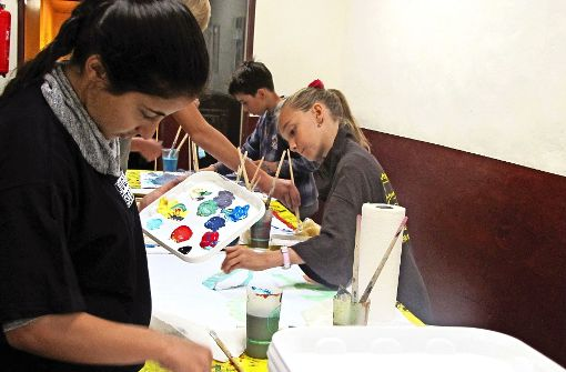 Die Jugendlichen malen mit dem Pinsel oder  der Hand. Foto: Eileen Breuer