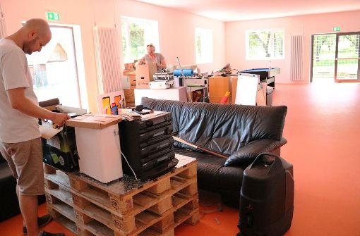 Die Sozialarbeiter richten sich im neuen Jugendhaus ein. Foto: Eva Herschmann