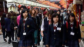 Braunes Haar wird häufig als rebellische Geste verstanden, schwarzes Haar steht in Japan für Tradition.