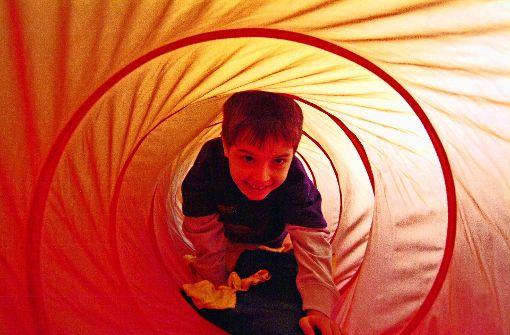 Eine überdimensionale Luftröhre: Das Krabbeln durch den  Asthma-Tunnel soll den Kindern helfen, ihre Krankheit besser zu verstehen. Foto: Fachkliniken