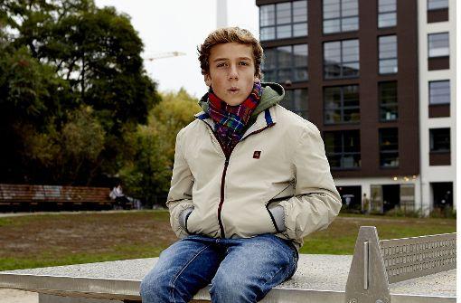 """Robert Campe ist erst 16 Jahre alt und bereits auf der Spiegel-Bestsellerliste. Mit seinem Buch """"What's App, Mama?"""" möchte er die Eltern-Generation über die Online-Welt der Jugendlichen aufklären. Foto: Eden Books"""