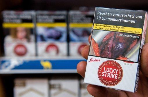 Schockbilder auf Zigarettenschachteln sollen vor den Folgen des Tabakkonsums warnen. Foto: dpa