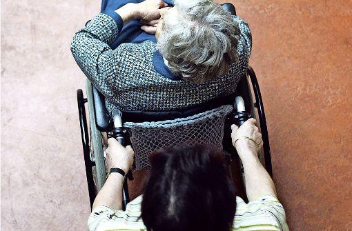 Viele pflegebedürftige Menschen werden zu Hause versorgt. Oft ist das eine große Belastung Foto: AP