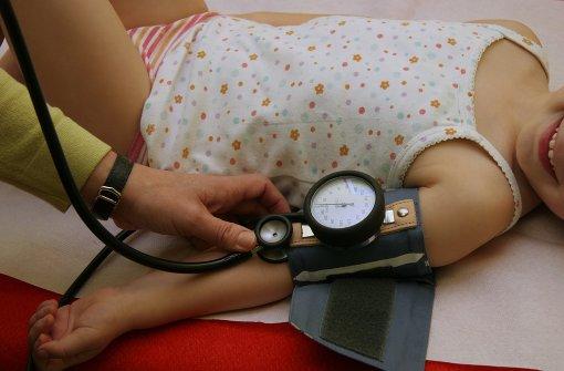 Die Deutsche Hochdruckliga fordert Kinderärzte auf, bei jedem kindlichen Patienten, mindestens einmal im Jahr den Blutdruck zu messen. Foto: Fotolia/© Dominique VERNIER