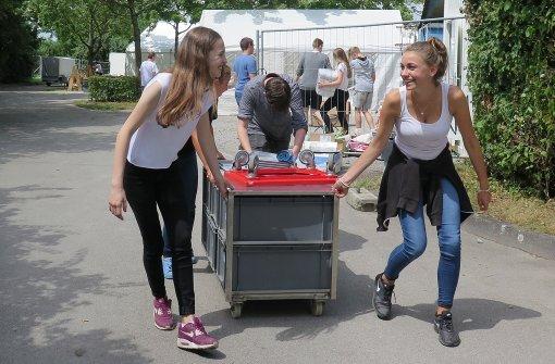 Viele Jugendliche helfen beim Aufbau des Waldheims mit. Foto: