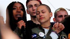 Emma Gonzalez (2.v.r.) mit weiteren Überlebenden des Parkland-Amoklaufs auf einer Demonstration in Washington.