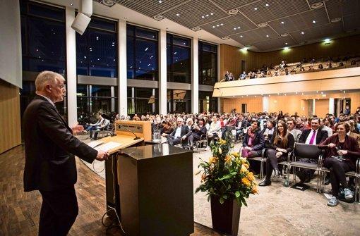 OB Fritz Kuhn begrüßt die Mitglieder des Jugendgemeinderats im Stuttgarter Rathaus Foto: Leif Piechowski