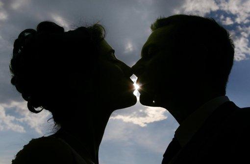 """Verhütung ist für die meisten Jugendlichen heute kein Problem, in ihren Ansichten ist die """"Generation Porno"""" allerdings überraschend konservativ. Foto: dpa"""