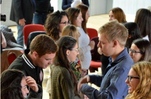 Beim internationalen Jugendtreffen  tauschen sich die jungen Leute aus. Foto: Sascha Sauer