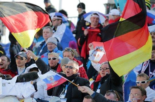 Viele deutschen Fans wie hier beim Langlauf sind nicht in Sotschi. Die Teilnehmer des Jugendcamps müssen deshalb anfeuern helfen. Foto: dpa