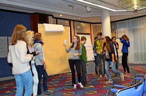 In vier bunt gemischten Gruppen stellen die Jugendlichen vor Eltern, Lehrern und Sponsoren ihre Projekte vor. Foto: Sabine Schwieder