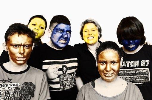 Gemeinsam mit Daniela Wolf haben die Schüler sich verkleidet, geschminkt und posiert. Dabei haben sie gelernt, vor und hinter der Kamera zu stehen und genau zu beschreiben, welchen Gesichtsausdruck sie haben möchten. Foto: Daniela Wolf