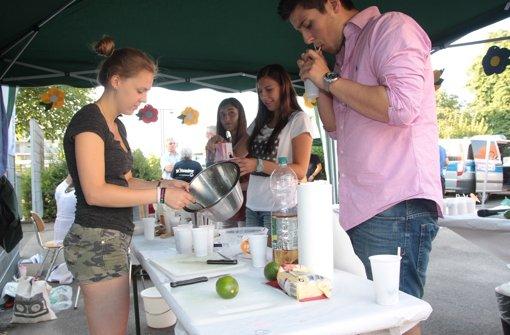 Die Mitglieder des Jugendrates haben für die Besucher zahlreiche alkoholfreie Cocktails gemischt. Foto: Ralf Recklies