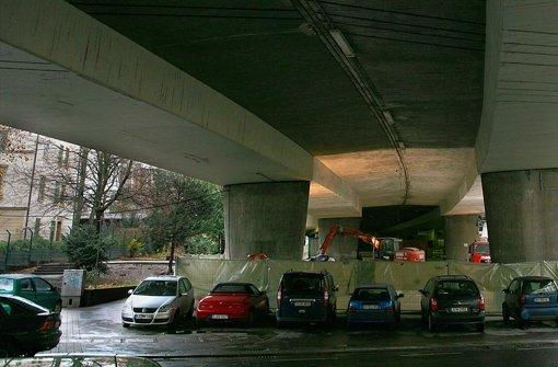 Der den Jugendlichen zugedachte Platz  unter der Paulinenbrücke ist ohnehin eher schaurig als schön und inzwischen auf einen Quadratmeterzahl nahe null geschrumpft. Foto: Achim Zweygarth