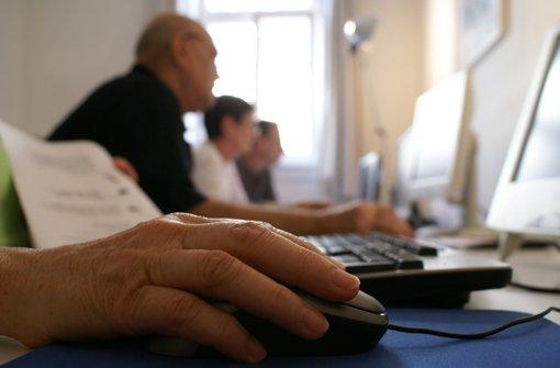 Insgesamt 16 Senioren haben am Computerkurs teilgenommen und sich von den Jugendlichen die ersten Schritte am Computer und ins Internet erklären lassen. Foto: Regine Warth