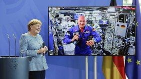 Merkel an Weltall: Die Kanzlerin im Gespräch mit Astronaut Alexander Gerst.