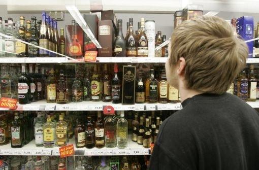 Jugendliche Testkäufer haben in Stuttgart reichlich Hochprozentiges bekommen Foto: AP