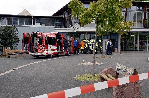 Gleich zweimal hintereinander mussten Rettungskräfte am Montag zu Schulen in Bammental (Rhein-Neckar-Kreis) zu Großeinsätzen ausrücken. Foto: dpa