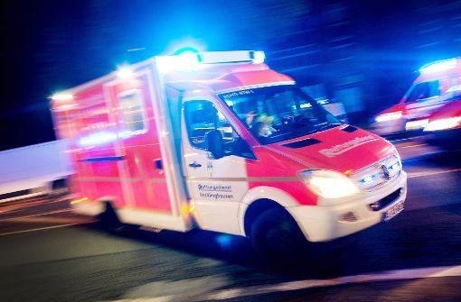 Bei einem Unfall mit einem Schulbus sind ein zwölfjähriges Mädchen und ein 65-jähriger Autofahrer verletzt worden. (Symbolbild) Foto: dpa