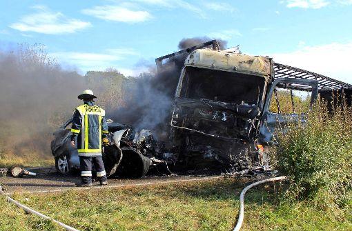 Der Pkw, in dem die beiden saßen, brannte aus. Der Lkw fing ebenfalls Feuer. Foto: dpa
