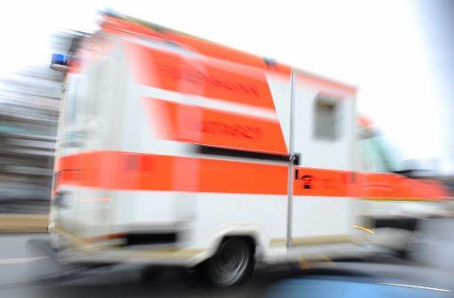 Ein 35-Jähriger wurde mit lebensgefährlichen Verletzungen ins Krankenhaus gebracht. (Symbolfoto) Foto: dpa